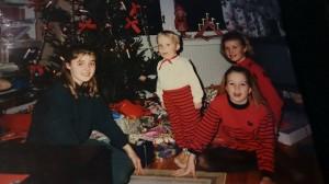 Julafton 1988. Kusin Alexandra, Tim, Tove och jag. Både jag och Tove älskade julen även i vuxen ålder. Sedan Tove dog har jag dock en ytterst komplicerad relation till just den högtiden.